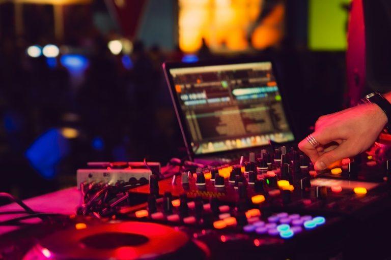 Serato DJ Lite vs Pro: Which One Should You Choose?
