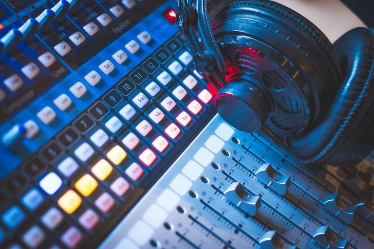 Pioneer HDJ-500R DJ Headphones Review [2021]
