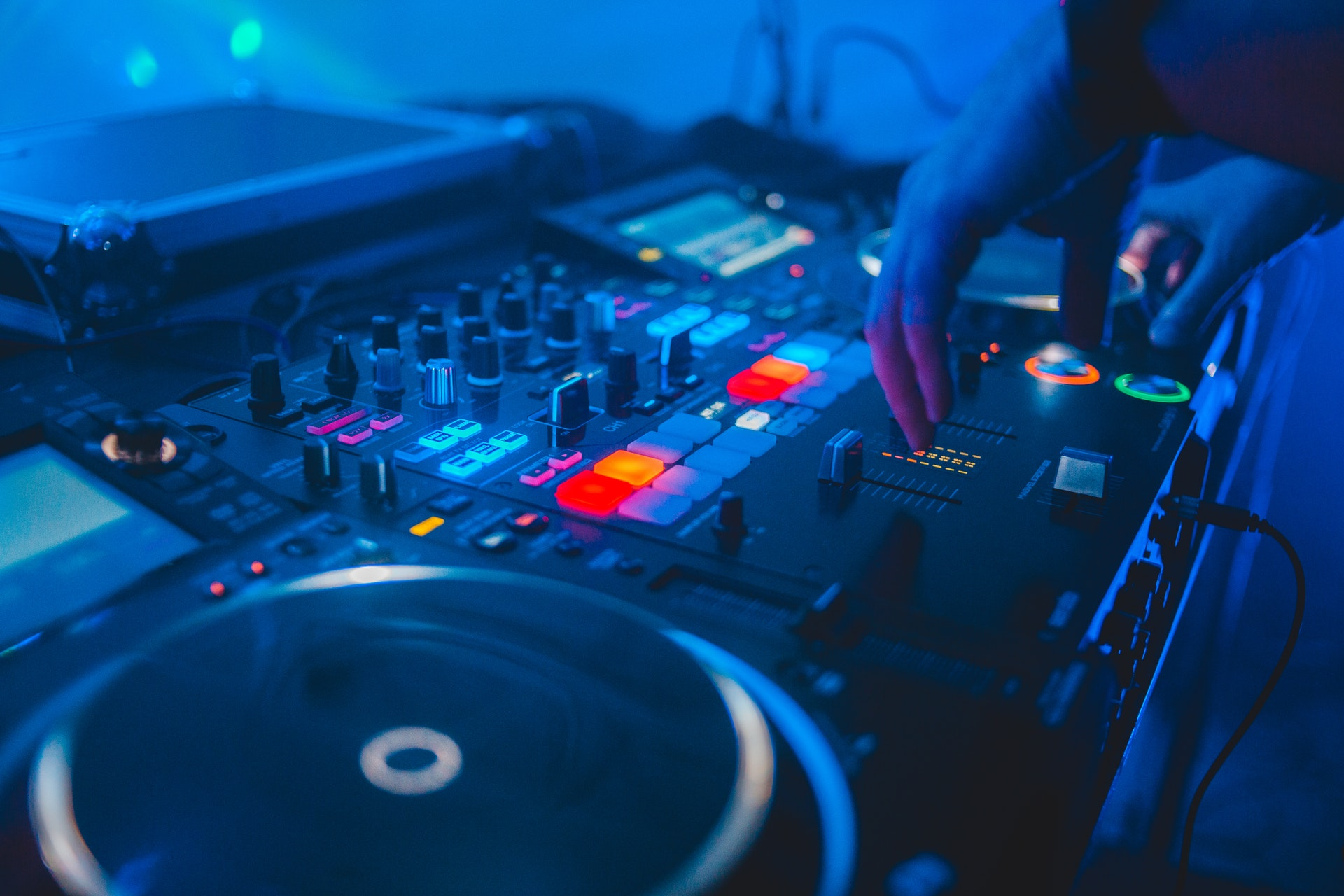 what is a 4 deck dj controller