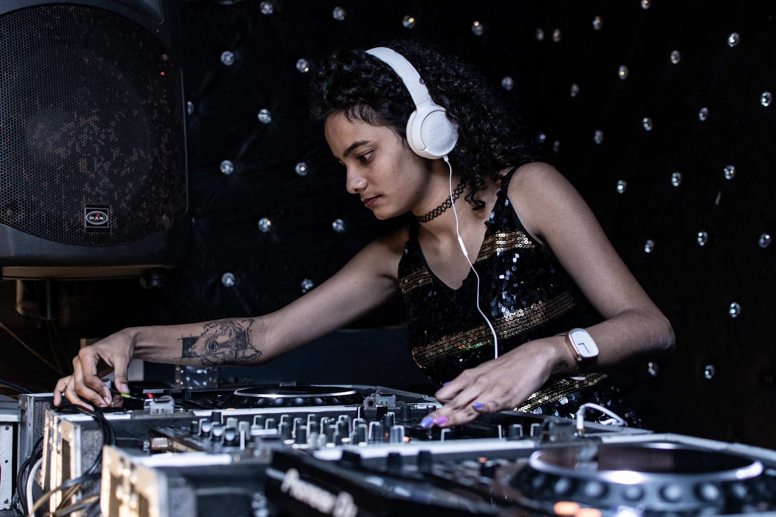 What Is a DJ Set and What Is the Difference to a Live DJ?